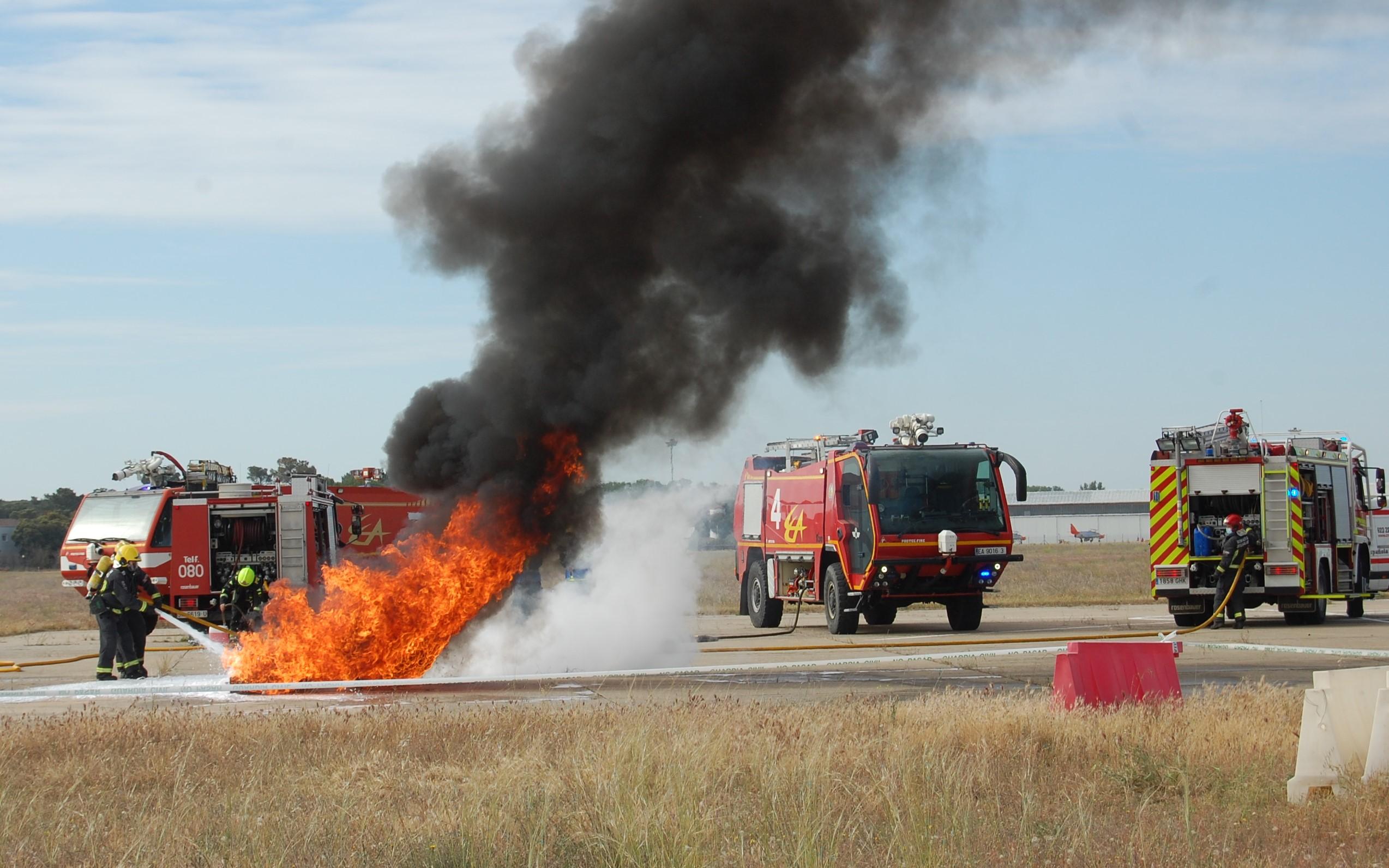 Bomberos en el simulacro en la base Aérea de Matacán