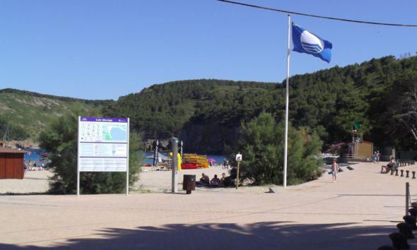 playa con bandera azul